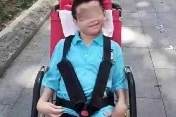 Disabled Chinese boy dies while father in virus quarantine