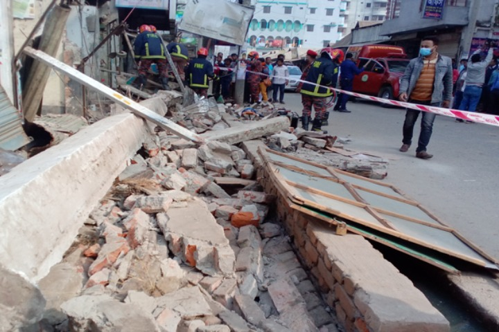 A child died when the walls of an old building collapsed in Dhaka