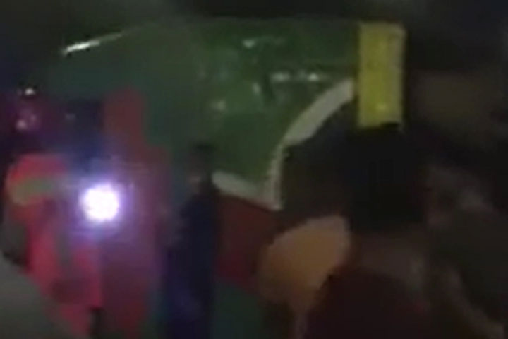 হানিফ ফ্লাইওভারে যাত্রীবাহী বাস উল্টে গেছে
