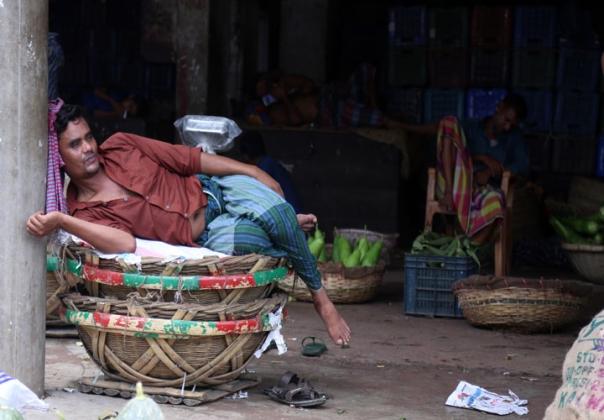 রোজার মাস। দুপুরে বেচা-বিক্রি নেই। তাই অলস সময় পার করছেন শবজি বিক্রেতারা। সোমবারের কারওয়ান বাজারের চিত্র