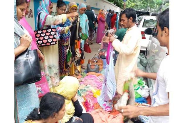 রাজধানীর বেইলি রোডে ভিকারুন নিসা স্কুলের চার পাশের রাস্তায় গড়ে উঠেছে ভাসমান বাজার